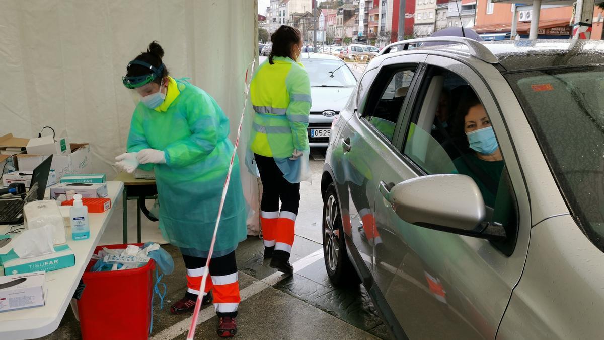 Dos sanitarias realizan test de COVID en Moaña.