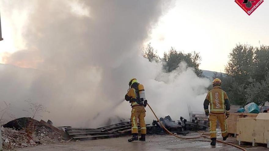 Los bomberos intervienen un incendio en una fabrica de ventiladores industriales en Cocentaina