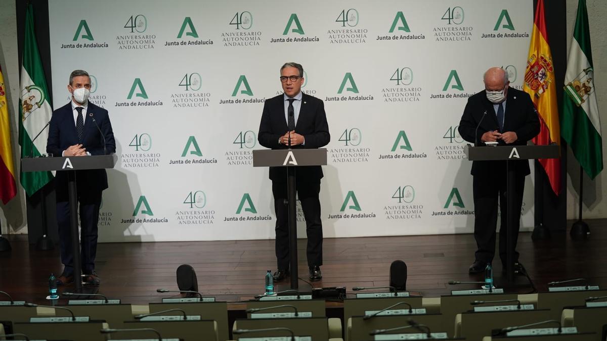Los consejeros Juan Bravo, Elías Bendodo y Jesús Aguirre, tras el Consejo de Gobierno.