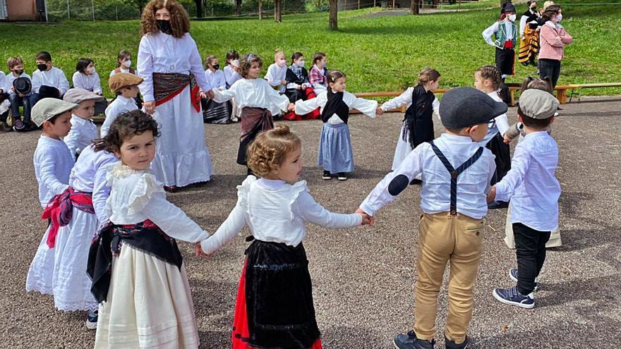 El Villar Paramá celebra las Letras Galegas con bailes y visitas especiales