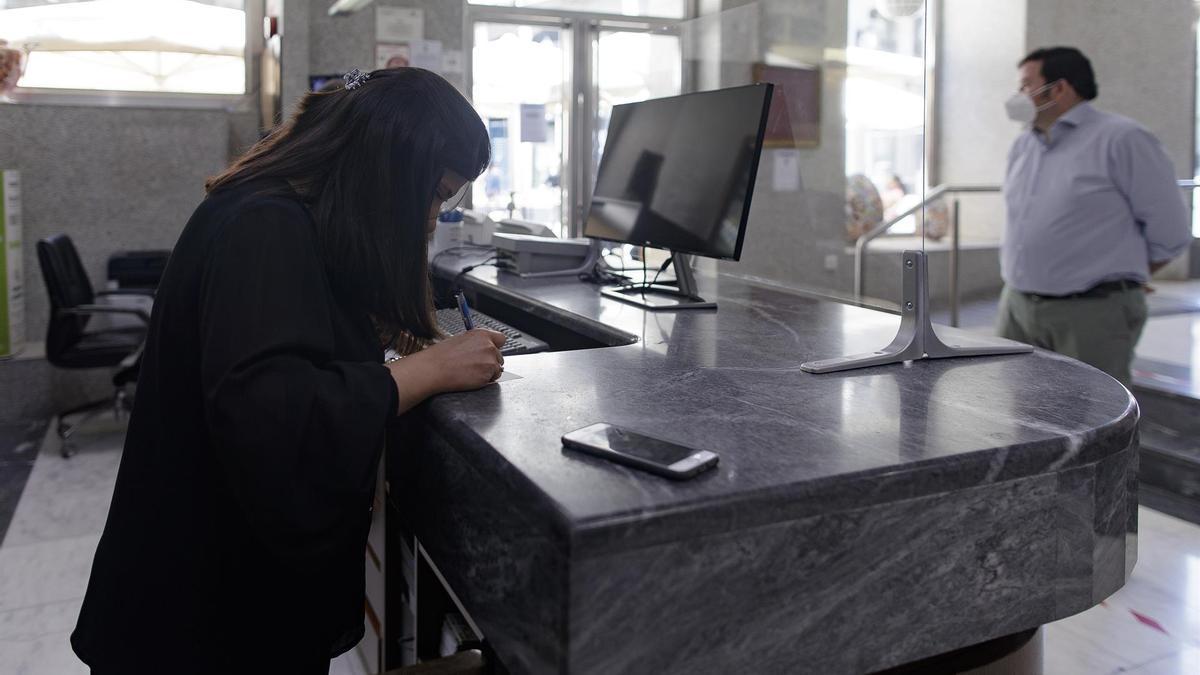 Un hombre hace 'check in' en un hotel.