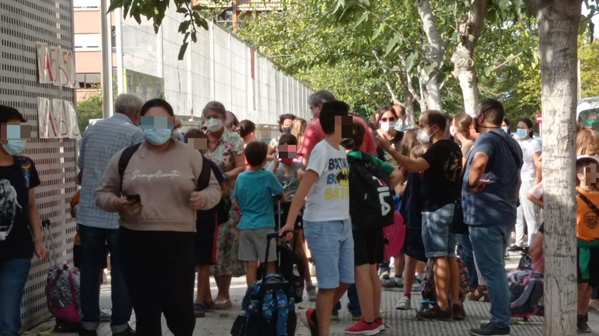 Familias y alumnos del CEIP Pare Catalá durante la salida del centro.