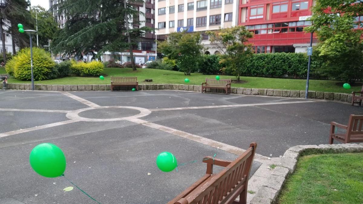 Globos sueltos en una plaza de A Coruña.