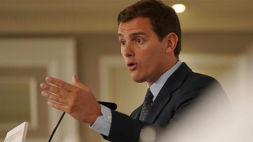 Rivera prioriza negociar con el PP pero no descarta a Vox