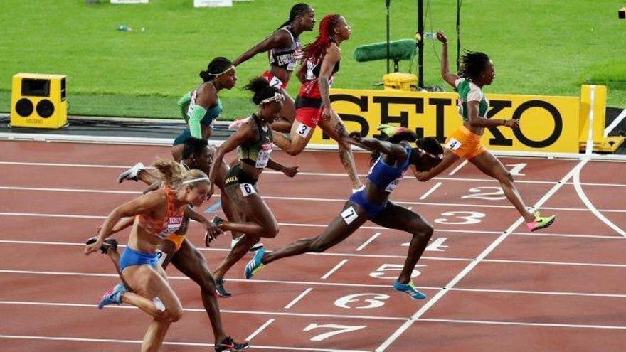 La gran favorita dels 100 metres femenins fa com Bolt i s'ensorra a la final