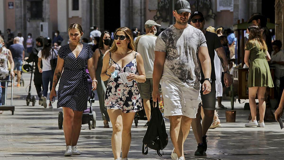 Varias personas caminan por el centro de la ciudad de València el fin de semana.  | EDUARDO RIPOLL