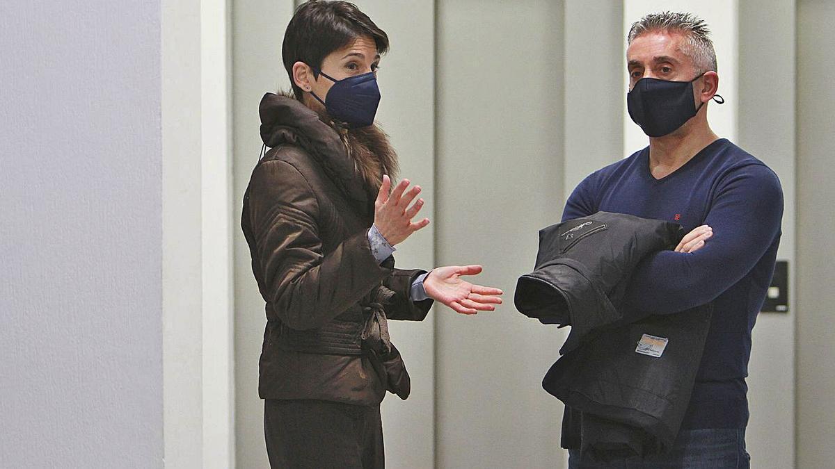 El policía Antonio R. F., con su abogada, Beatriz Seijo. // IÑAKI OSORIO
