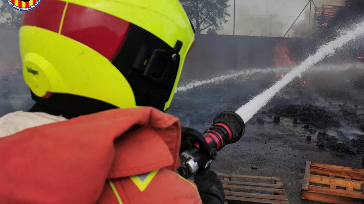 Incendio en una fábrica de palets de Aldaia