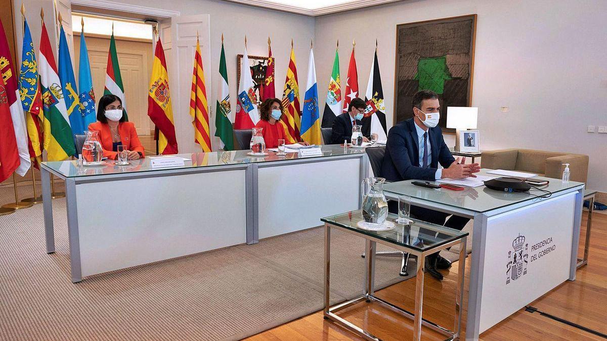 Pedro Sánchez, en primer plano, con los ministras Carolina Darias y María Jesús Montero y con el ministro Salvador Illa.