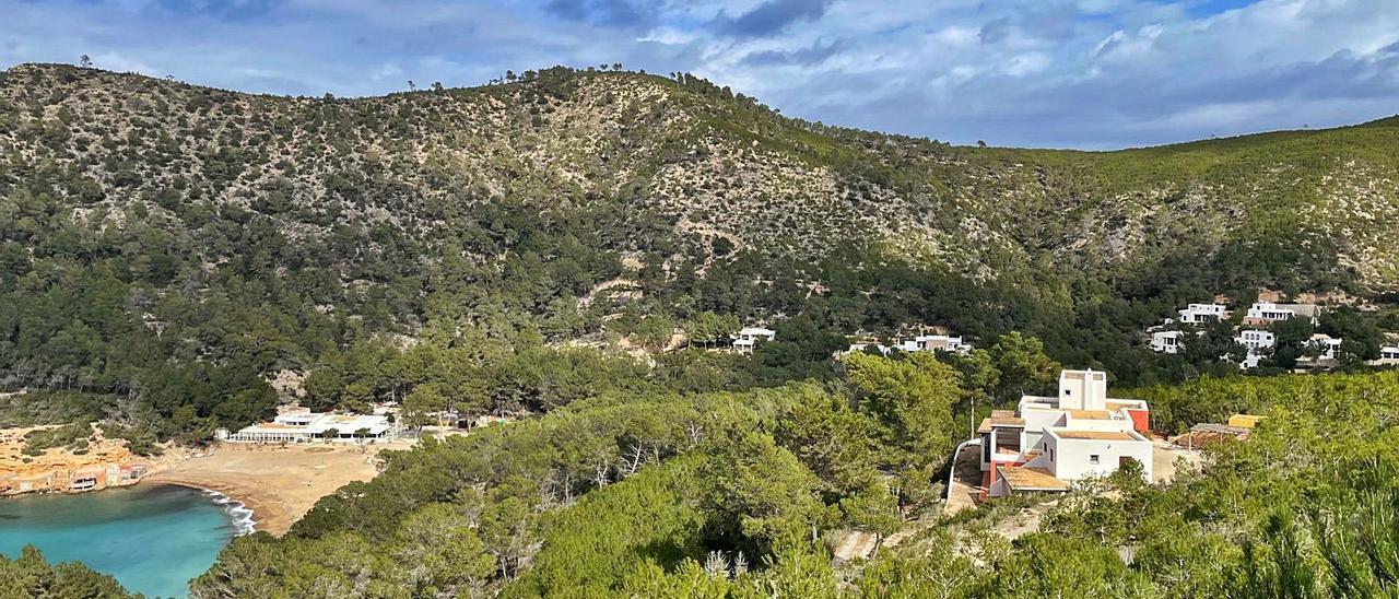La zona edificada de la  ladera y la playa  de Benirràs.  D.I.