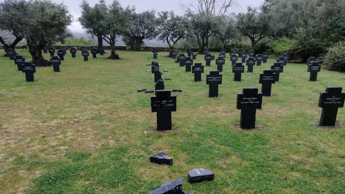 La Guardia Civil investiga la profanación de nueve tumbas del cementerio militar alemán de Cuacos