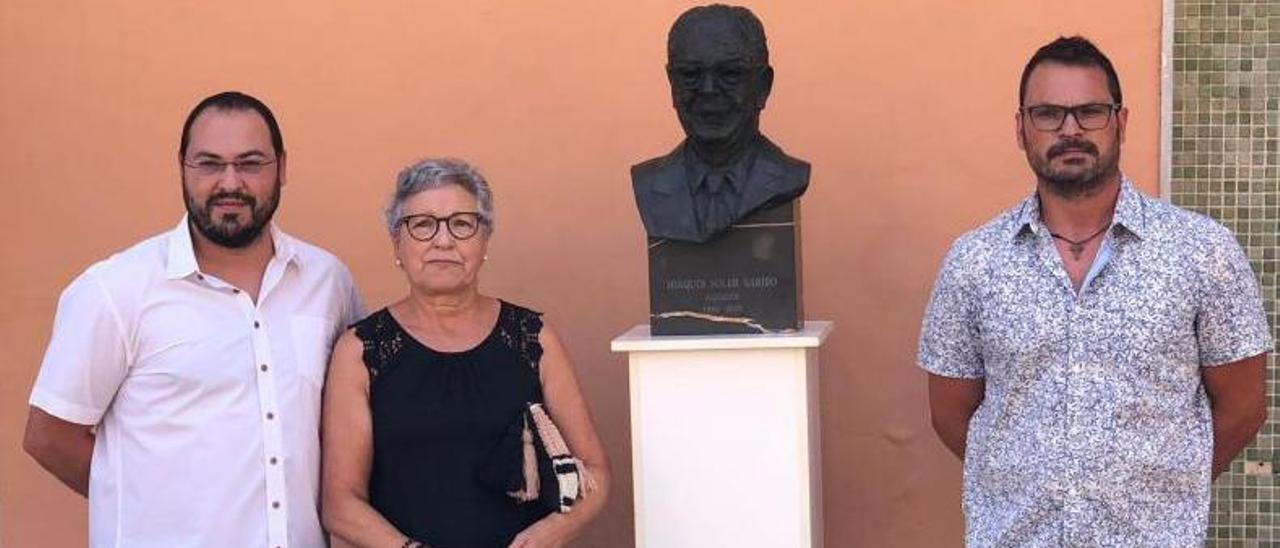 Los familiares de Ximo Soler, con el busto dedicado al exalcalde popular.  | L-EMV
