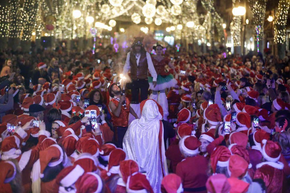 Wenn Weihnachtmänner und -frauen auf Palmas Borne-Boulevard tanzen
