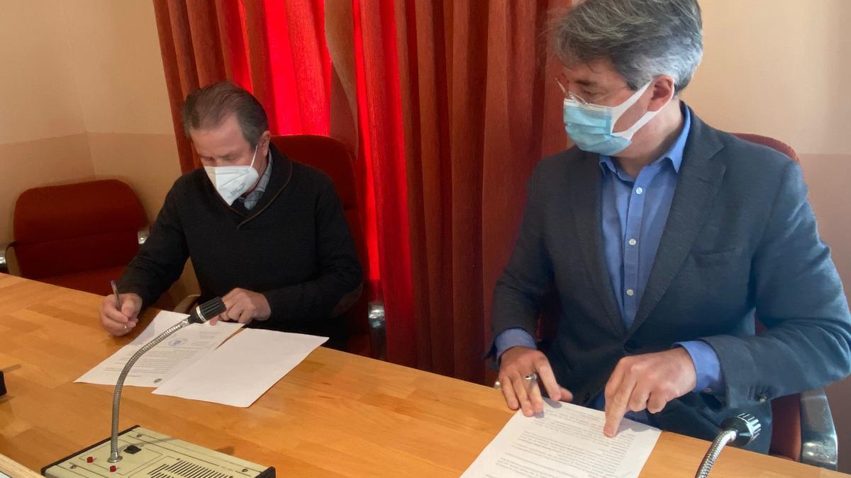 El presidente de Emgrobes, José Besada, y el alcalde meco, José Cacabelos, en la firma del convenio, esta mañana.