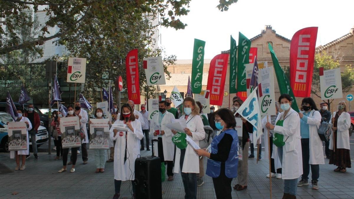 """Sanitarios se concentran en València ante las """"carencias"""" en los centros: """"Es hora de invertir en salud y cuidados"""""""