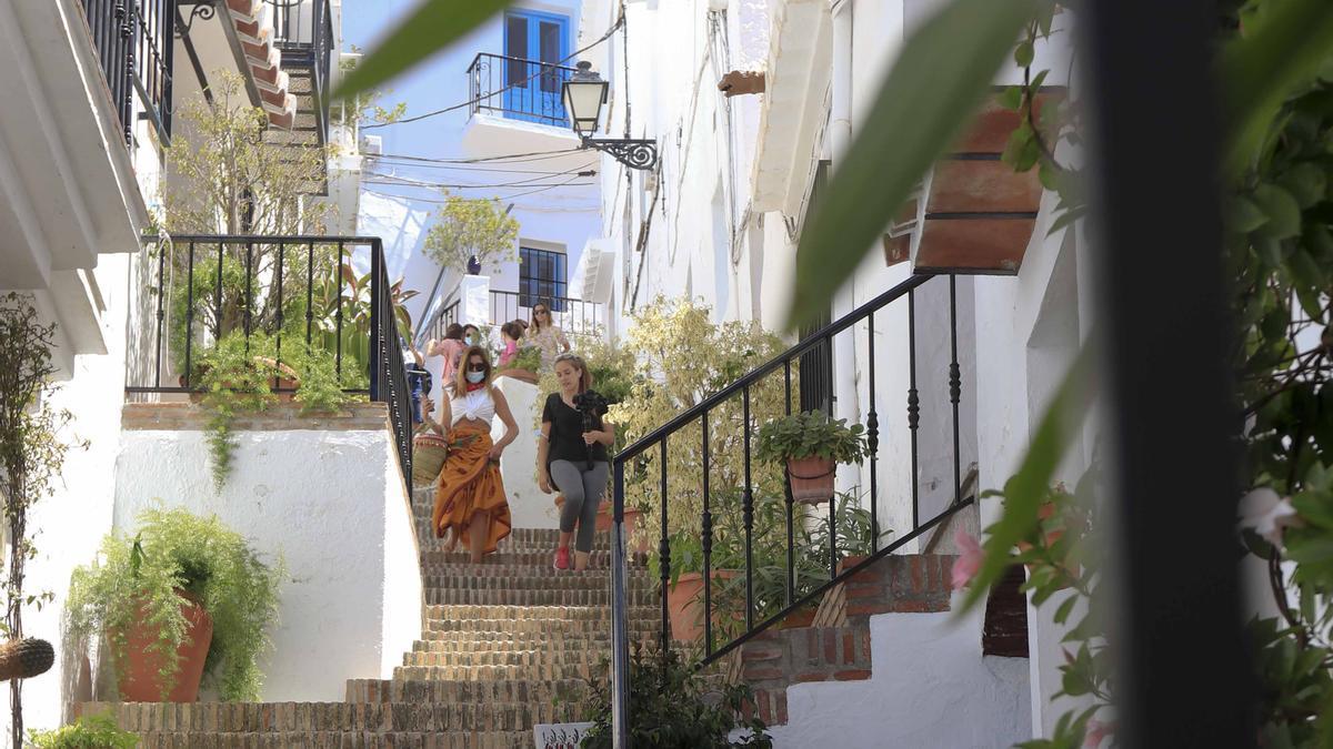 Turistas por las calles de Frigiliana la pasada semana.