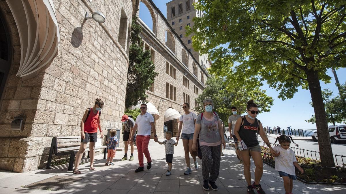 Visitants del santuari el 24 de juny passat, el primer dia que Montserrat va reobrir portes
