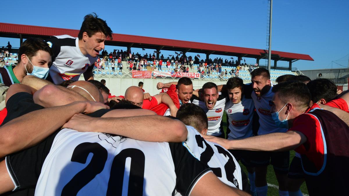 Los jugadores del Estradense celebran la victoria en Cangas ante su afición.