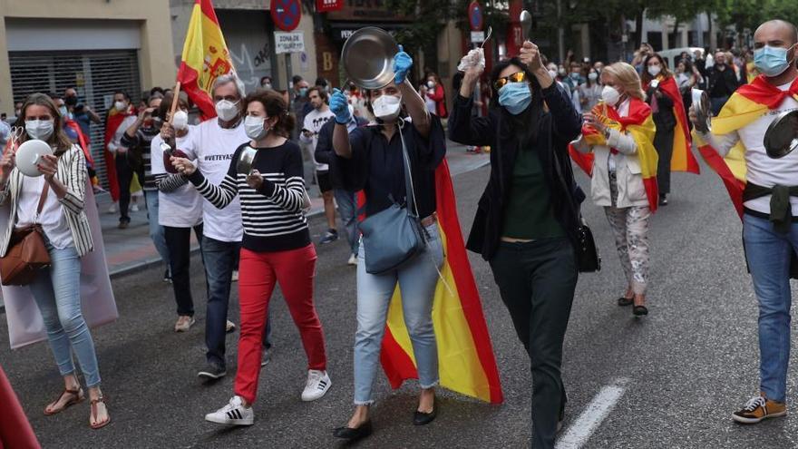 Un joven madrileño denuncia homofobia por llevar símbolos LGTBI a la cacerolada