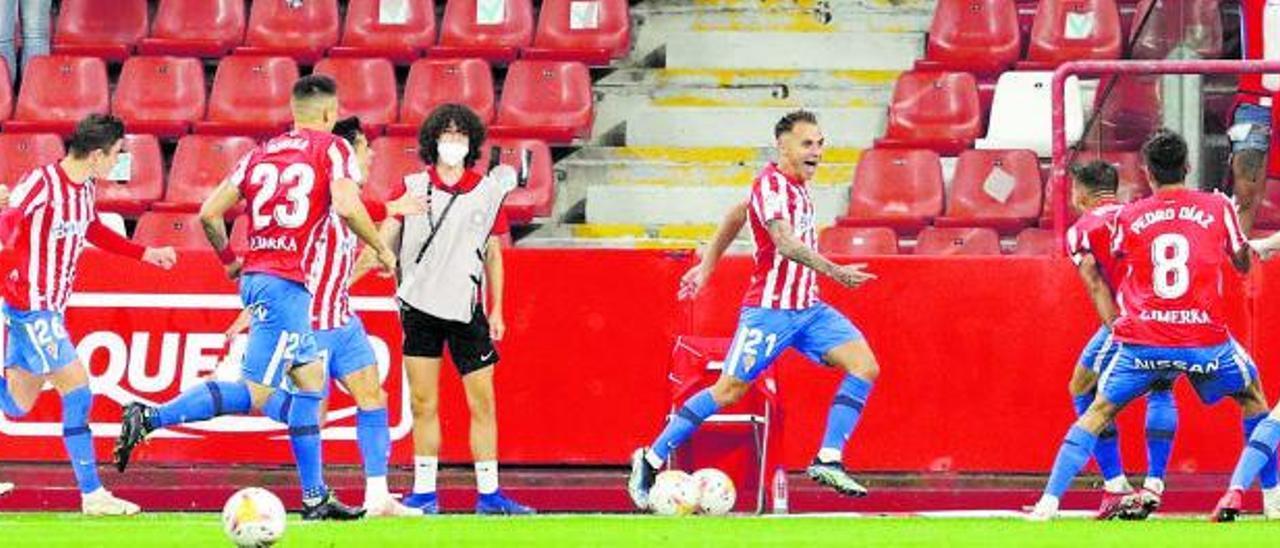 Por la izquierda, Gragera, Pablo García, Djuka y Gaspar corren a felicitar a Fran Villalba, a quien esperan a la derecha Aitor, Pedro Díaz y Guille Rosas.   Juan Plaza