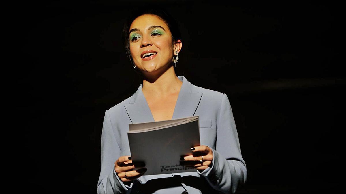 La actriz Neus Cortès lee en el Principal el manifiesto del Dia del Teatre