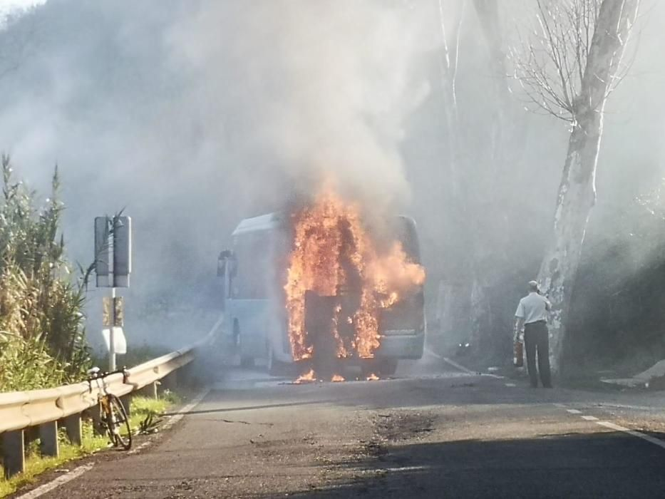 El incendio de una guagua hace peligrar el monte de Teror