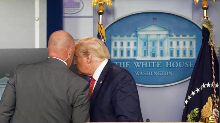 Trump, evacuado durante una rueda de prensa por un tiroteo junto a la Casa Blanca