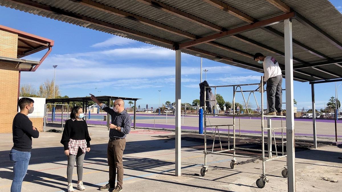 La alcaldesa, Merche Galí, en una visita al complejo deportivo de la piscina.