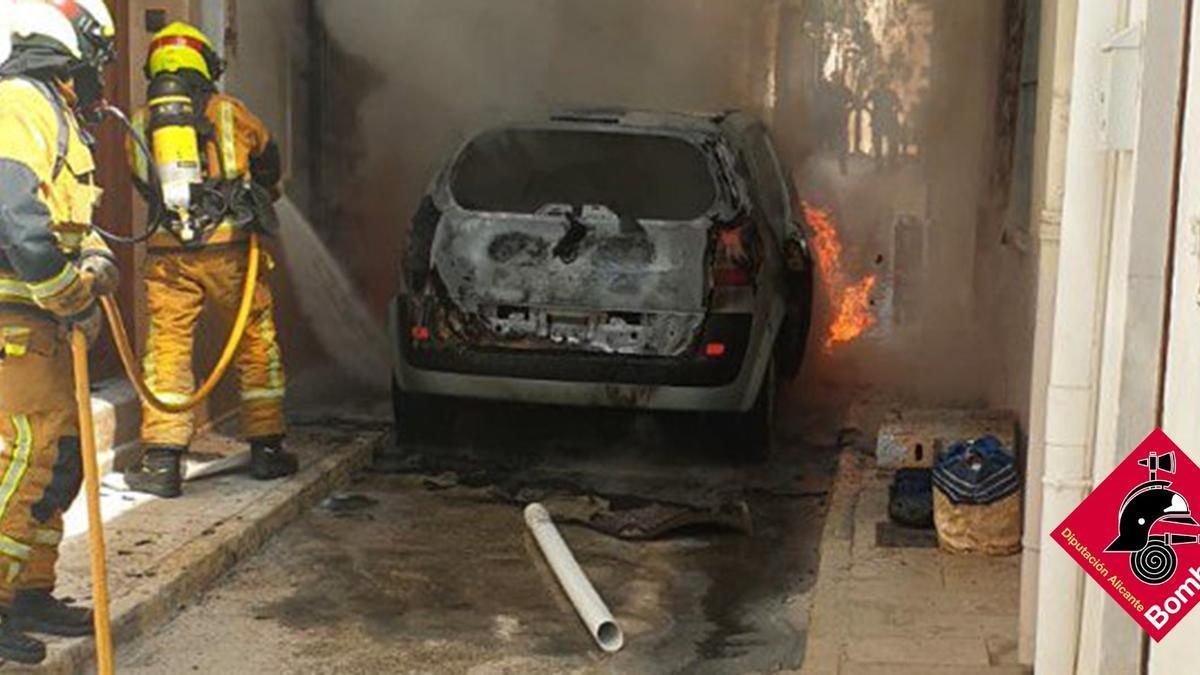 Los bomberos sofocan las llamas que han calcinado el coche en una estrecha calle de Benissa