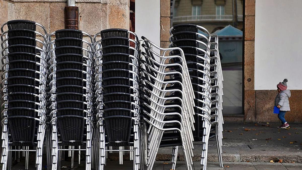 Sillas apiladas en una terraza de un bar. |   // CARLOS PARDELLAS