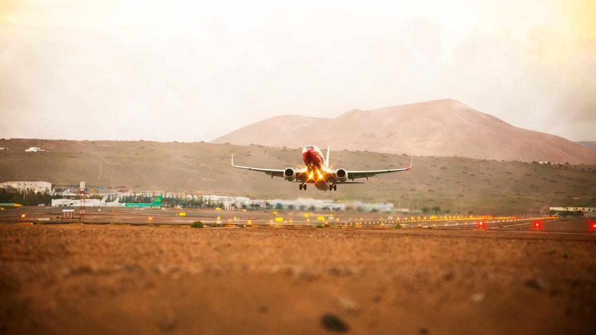 Las llegadas de vuelos internacionales a los aeropuertos canarios crecen más del 30% este fin de semana