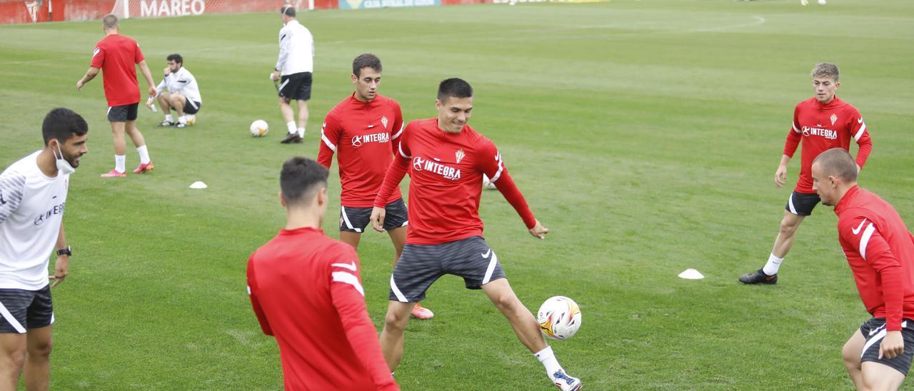 Los jugadores del Sporting se entrenan ayer en Mareo