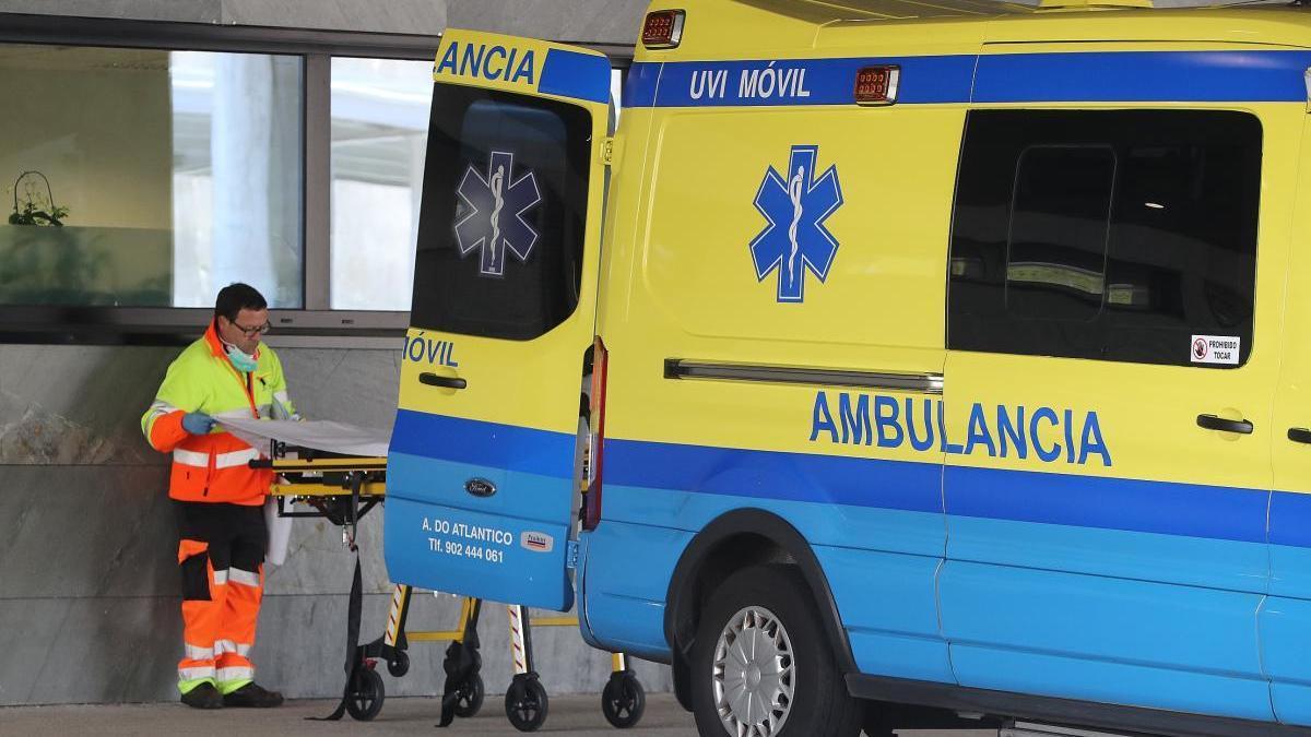 Una ambulancia en la entrada del hospital Álvaro Cunqueiro de Vigo. // Ricardo Grobas