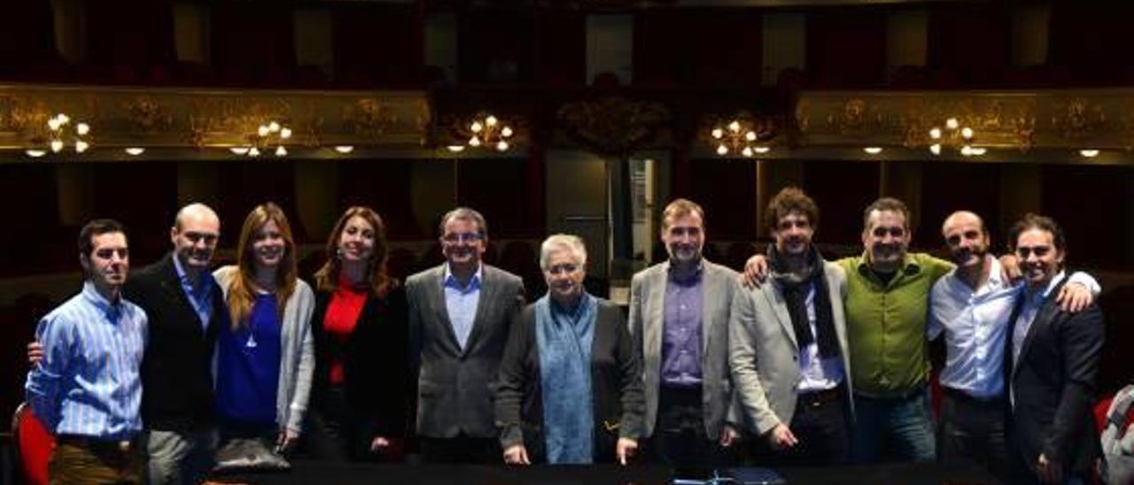 Los responsables del teatro y el equipo artístico de la zarzuela 'El barberillo de Lavapiés'.