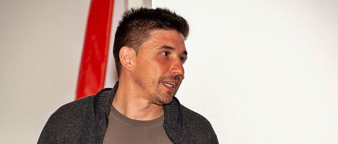 Rubén Reyes, en una charla táctica con el Rayo.   LNE