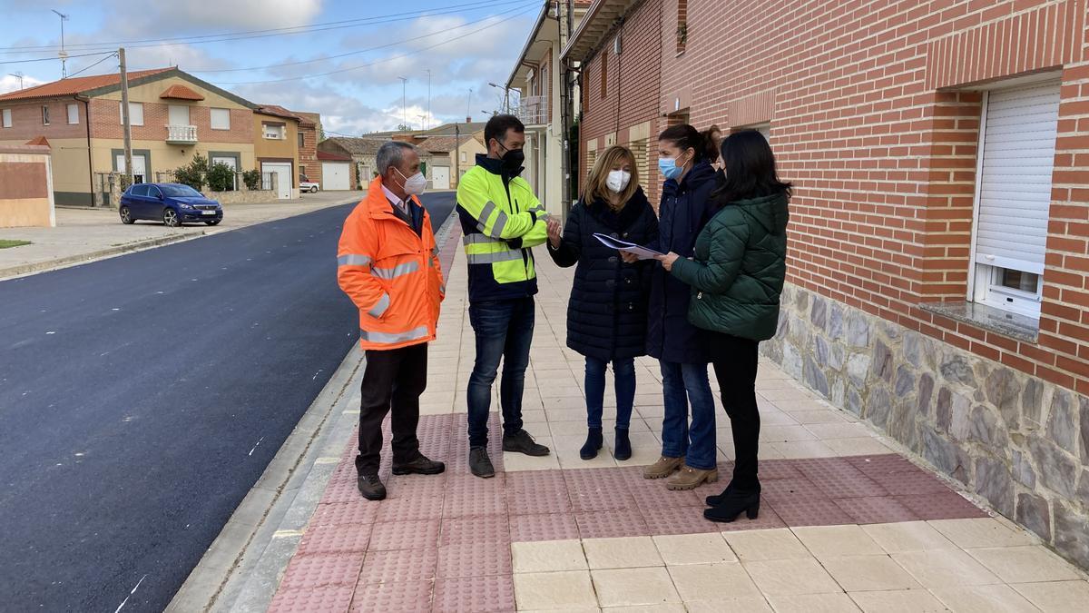Clara San Damián visita las obras de la carretera entre Villamayor de Campos y el límite con Valladolid.
