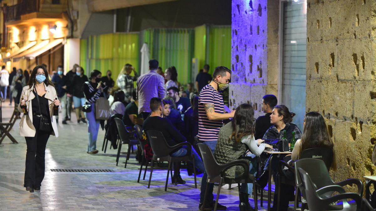 Una calle del centro de Cartagena con bares abiertos