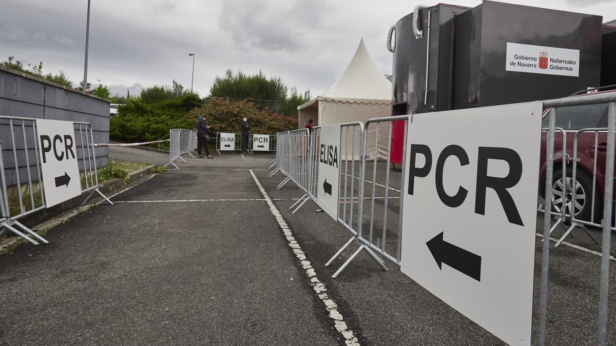 Varios carteles indican la dirección para someterse a un test PCR en un dispositivo en Navarra.