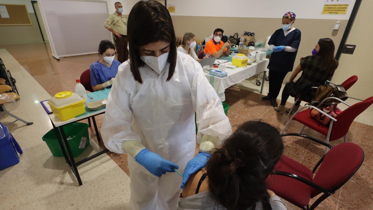 Una trabajadora esencial recibe la vacuna frente al covid-19, el pasado mes de marzo en Badajoz.