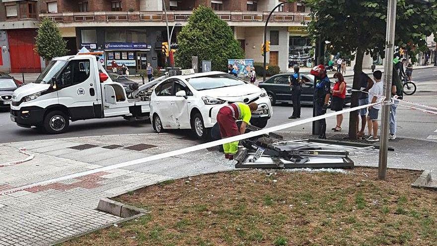 Aparatoso accidente entre dos vehículos en la avenida de la Costa