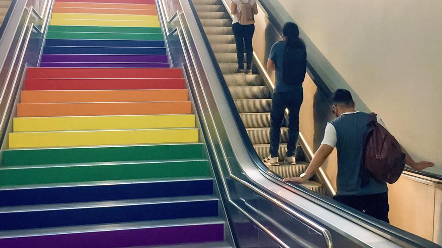 FGV decora las escaleras de la estación del TRAM de Luceros con los colores de la bandera LGTB +