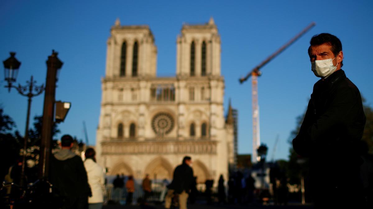 Ciudadanos frente a la catedral de Notre Dame.