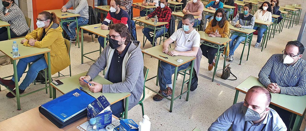 Opositores de Educación en la especialidad de Matemáticas, momentos antes de arrancar la prueba en el IES Rosais II de Vigo.