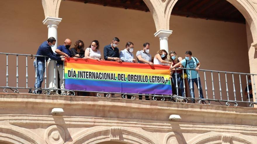 La bandera arcoíris en el balcón del Ayuntamiento de Lorca