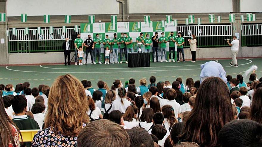 Los 'supercampeones', con los niños del Liceo La Paz