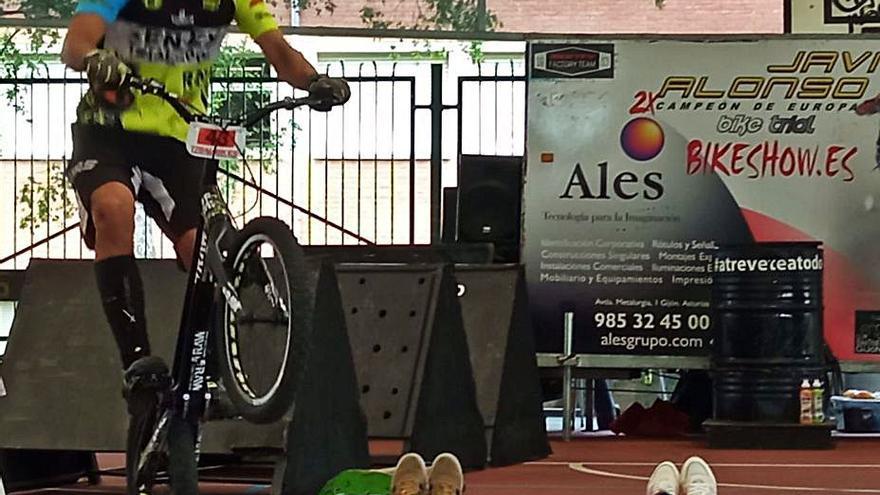 Exhibición de biketrial en el colegio Nicanor Piñole
