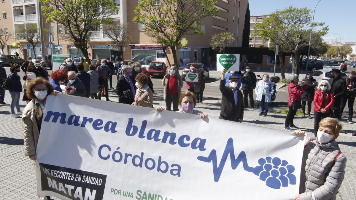 Algunos de los asistentes a la concentración convocada por la Marea Blanca en Córdoba.