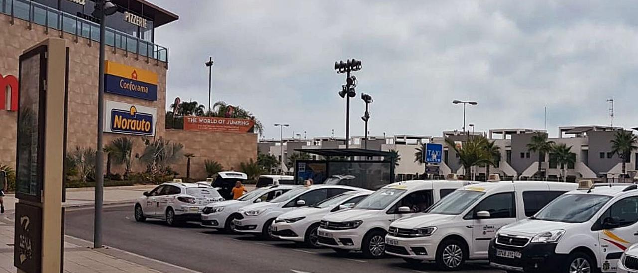 Taxis esperando clientes en una parada de Orihuela Costa, en una imagen de archivo.