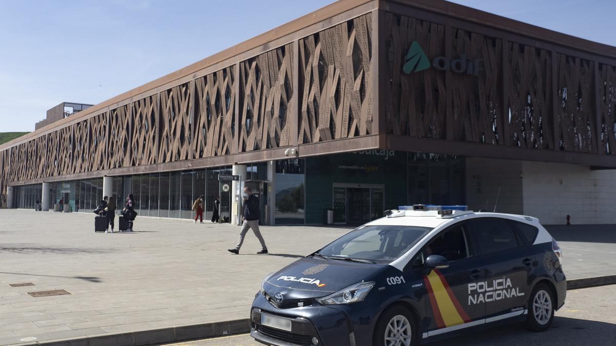 Un vehículo de la Policía Nacional frente a la estación del AVE de Cuenca