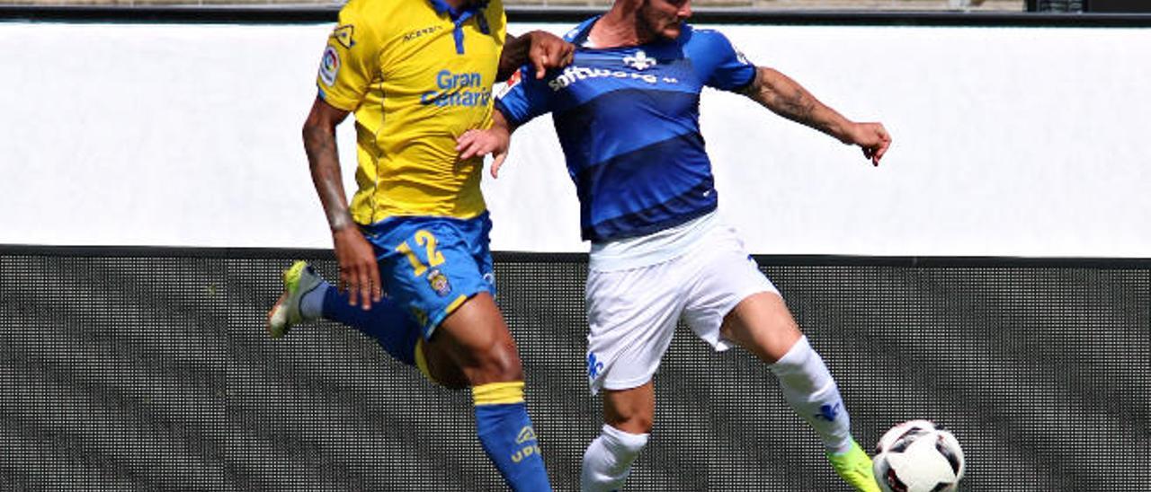 Michel Macedo disputa un balón con un rival del Darmstadt en el partido de ayer.